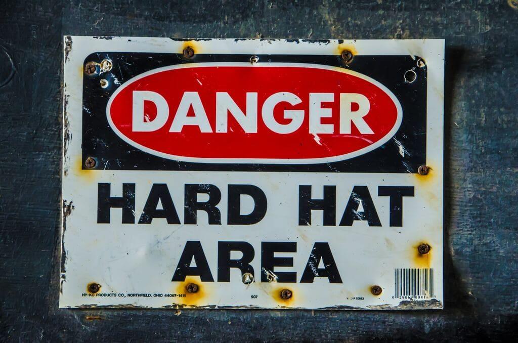 Villes dangereuses : danger hard hat area