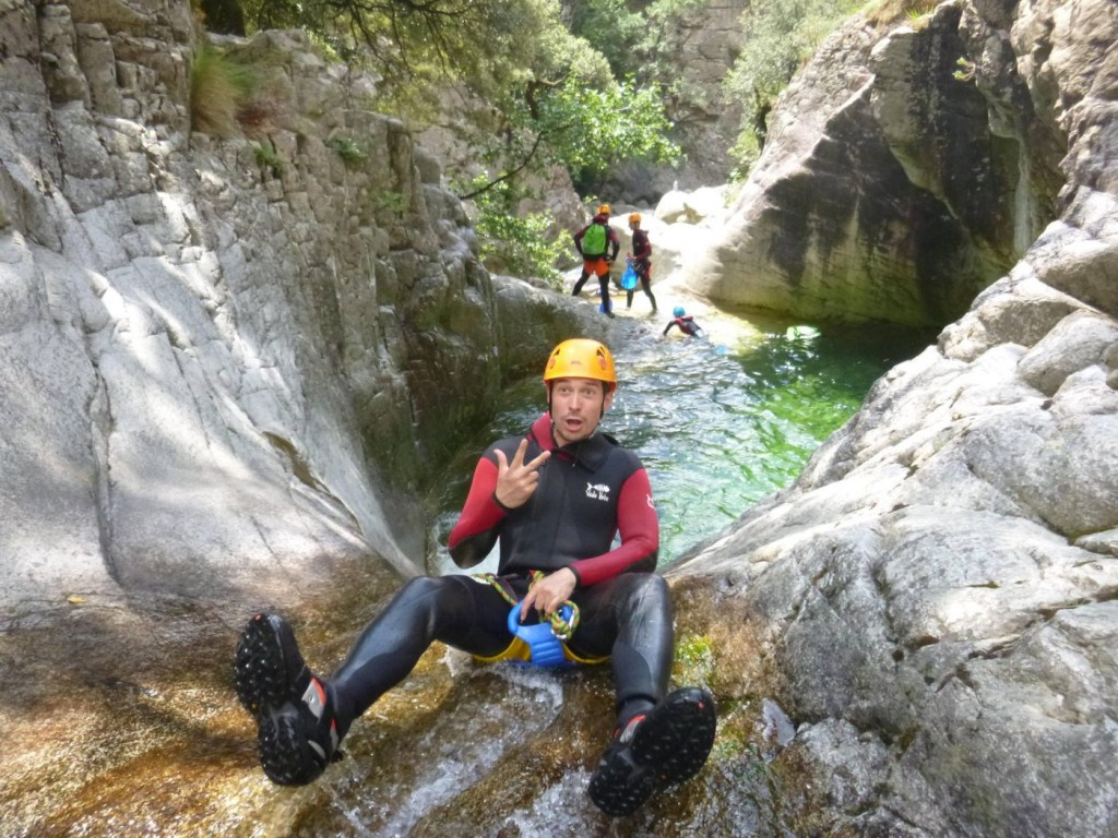 canyoning - corse et homme heureux