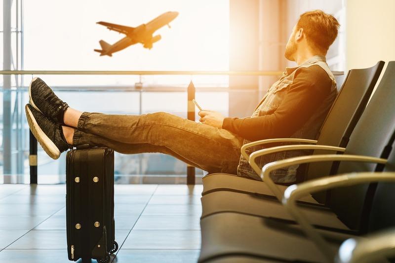 vol pas cher - homme attendant dans un aéroport